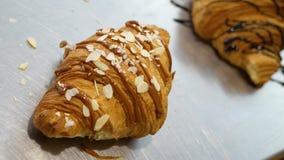 Croissant met noten wordt bestrooid die stock video