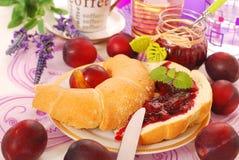 Croissant met pruimconfiture royalty-vrije stock fotografie