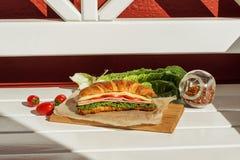 Croissant met salade & x28; sandwich& x29; Stock Fotografie