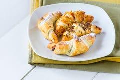 Croissant misti in piatto bianco Immagine Stock