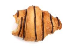 Croissant mordu décoré de la crème au chocolat d'isolement sur le fond blanc, vue supérieure image libre de droits