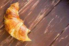 Croissant mordu frais à la table en bois image libre de droits