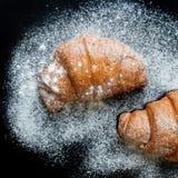 Croissant muito saborosos em uma folha de cozimento Foto de Stock