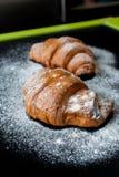 Croissant muito saborosos em uma folha de cozimento Imagens de Stock Royalty Free