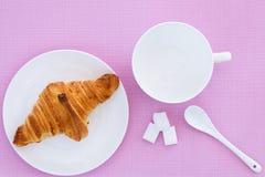 Croissant na białym talerza i menchii tle Zdjęcia Stock