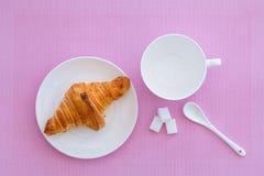 Croissant na białym talerza i menchii tle Obraz Royalty Free