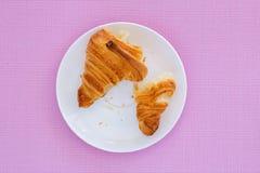 Croissant na białym talerza i menchii tle Obrazy Royalty Free