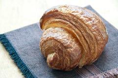 Croissant na brown pielusze Zdjęcia Royalty Free
