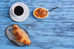 Croissant na ceramicznej desce Zdjęcia Royalty Free