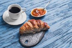 Croissant na ceramicznej desce Obraz Royalty Free