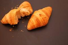 Croissant na czarnym tle Zdjęcia Royalty Free
