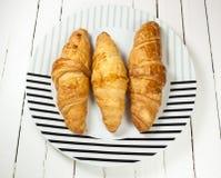 Croissant nel piatto Fotografie Stock