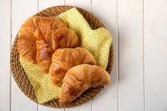 Croissant no guardanapo amarelo Imagens de Stock