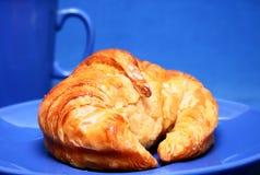 Croissant op blauw Stock Foto's