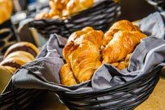 Croissant op de mand Stock Foto