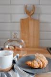Croissant op een plaat Royalty-vrije Stock Afbeeldingen