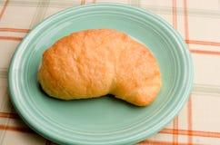 Croissant op een schotel Stock Foto