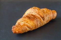 Croissant op een zwarte achtergrond Stock Foto's