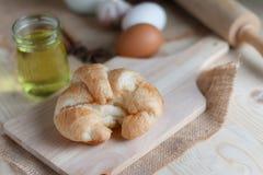 Croissant op houten besnoeiingsraad op lijsthout en stof uitgezochte FO Royalty-vrije Stock Foto's