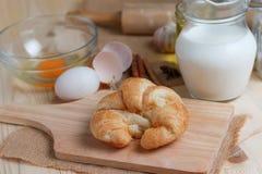 Croissant op houten besnoeiingsraad op lijsthout en stof uitgezochte FO Stock Fotografie