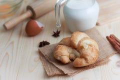 Croissant op houten van de lijsthout en stof uitgezochte nadruk ondiepe D Royalty-vrije Stock Afbeeldingen