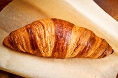 Croissant op perkament Stock Foto's