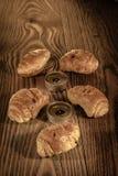 Croissant, pastelarias, queques, bolos e pastelarias em um fundo de madeira bonito com velas 1 Foto de Stock