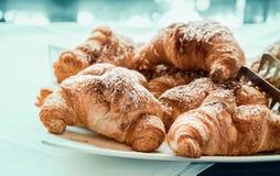Croissant piekarni świeży ciasto nad bławym tłem Zdjęcie Royalty Free