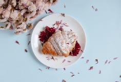Croissant recentemente cozido em uma placa branca Imagens de Stock Royalty Free