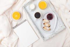 Croissant recentemente cozido, suco de laranja, doce, copo do café preto na bandeja de madeira branca na manta Bolinho caseiro Pa Fotos de Stock Royalty Free