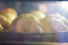 Croissant recentemente cozidos na tabela, vista superior foto de stock royalty free