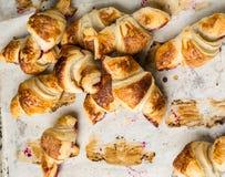 Croissant recentemente cozidos no papel de pergaminho, vista superior Tempo do café do café da manhã Ruptura de café brunch Almoç fotografia de stock