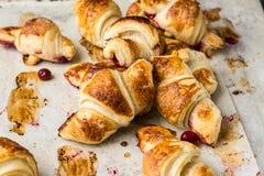 Croissant recentemente cozidos no papel de pergaminho, vista superior Tempo do café do café da manhã Ruptura de café brunch Almoç imagens de stock royalty free