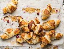 Croissant recentemente cozidos no papel de pergaminho, vista superior Tempo do café do café da manhã Ruptura de café brunch Almoç imagens de stock