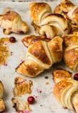 Croissant recentemente cozidos no papel de pergaminho, vista superior Tempo do café do café da manhã Ruptura de café brunch Almoç foto de stock