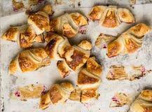 Croissant recentemente cozidos no papel de pergaminho, vista superior Tempo do café do café da manhã Ruptura de café brunch Almoç imagem de stock