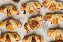 Croissant recentemente cozidos no papel de pergaminho, vista superior Tempo do café do café da manhã Ruptura de café brunch Almoç fotografia de stock royalty free