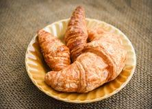 Croissant recentemente cozidos - p?o da padaria no saco no conceito caseiro do alimento de caf? da manh? da tabela imagens de stock