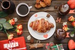 Croissant słuzyć dla wakacyjnego śniadania na drewnianym stole, prezent Obrazy Royalty Free