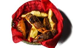 Croissant saporiti in ciotola isolata su fondo bianco Alimento fotografie stock