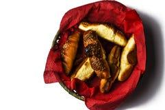 Croissant saporiti in ciotola isolata su fondo bianco Alimento fotografia stock libera da diritti