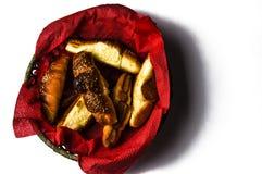 Croissant saporiti in ciotola isolata su fondo bianco Alimento fotografie stock libere da diritti