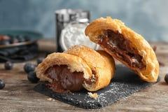Croissant saporito con cioccolato fotografia stock libera da diritti