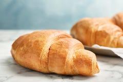 Croissant saporito sulla tavola immagini stock libere da diritti