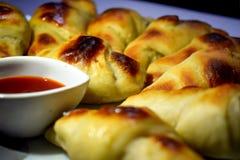 Croissant savoureux cuit au four chaud avec de la sauce photo stock