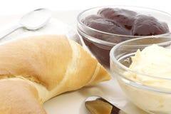 Croissant su una zolla per la prima colazione fotografie stock