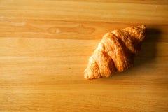 Croissant sul piano d'appoggio di legno Fotografia Stock