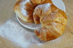 Croissant sul piatto immagini stock