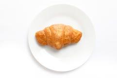 Croissant sul piatto bianco, vista superiore Dessert al forno del sudore in un DIS fotografia stock libera da diritti