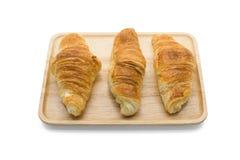 Croissant sul piatto di legno immagine stock